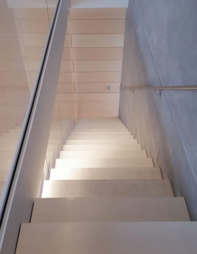 25 toisen kerroksen portaat olohuoneeseen